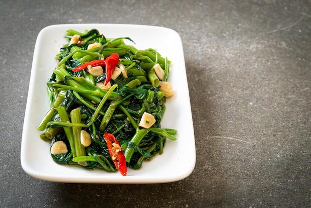 중국 나팔꽃 또는 물 시금치 볶음-아시아 음식 스타일