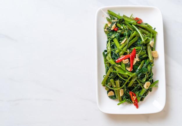 Жареный китайский утренняя слава или водяной шпинат - азиатская кухня