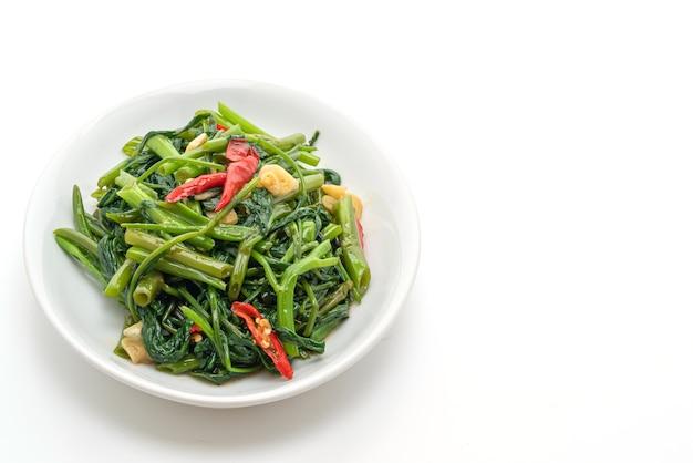 볶은 중국 나팔꽃 또는 물 시금치 흰색 절연