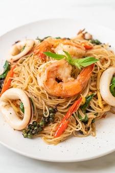 Жареная китайская лапша с базиликом, перцем чили, креветками и кальмарами по-азиатски