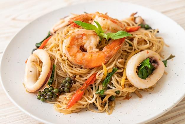Жареная китайская лапша с базиликом, перцем чили, креветками и кальмарами - азиатская кухня