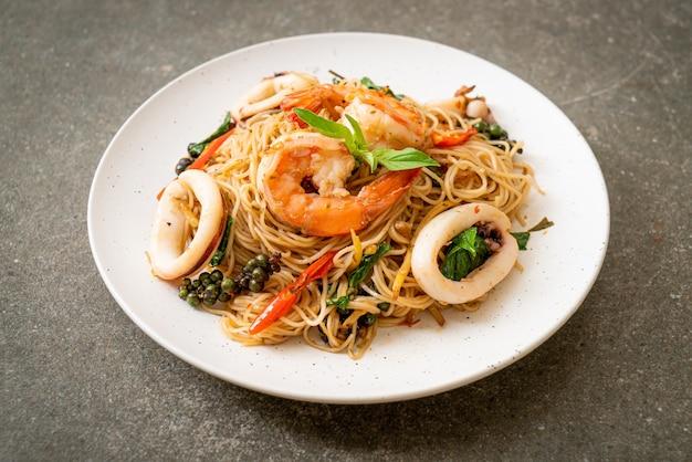 バジル、唐辛子、エビ、イカの中華麺の炒め物-アジア料理スタイル