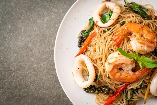 バジル、唐辛子、エビ、イカの中華麺の炒め物