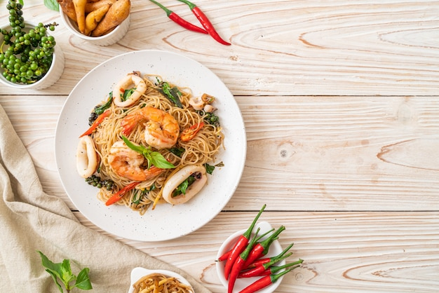 Stir-fried chinese noodle with basil, chilli, shrimps and squid