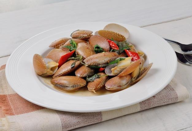 Stir fried clams with basil
