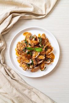 Жареные моллюски с пастой из жареного чили - азиатская кухня