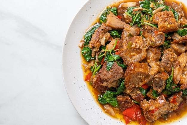 サクサクの豚バラ肉とバジルの炒め物、アジアのローカルストリートフードスタイル