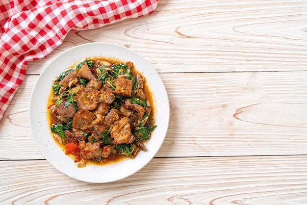サクサクの豚バラ肉とバジルの炒め物-アジアの地元の屋台の食べ物のスタイル