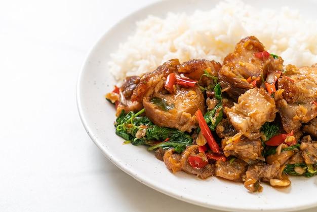 サクサクの豚バラ肉とバジルのご飯炒め-アジアの地元の屋台の食べ物のスタイル Premium写真