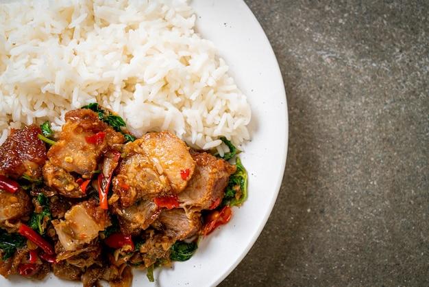サクサクの豚バラ肉とバジルのご飯炒め-アジアの地元の屋台の食べ物のスタイル