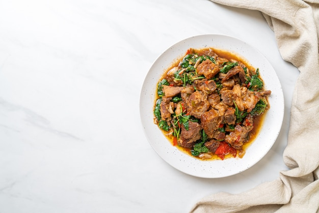カリカリ豚バラ肉とバジルの炒め物