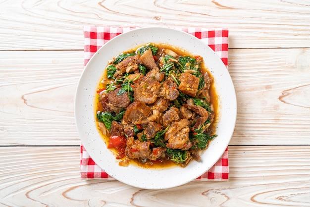 サクサクの豚バラ肉とバジルの炒め物