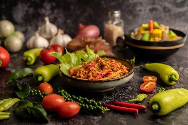 Жареная паста карри с ростками бамбука и свиным фаршем