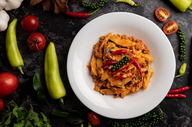 Pasta di curry saltata in padella con germogli di bambù e maiale macinato