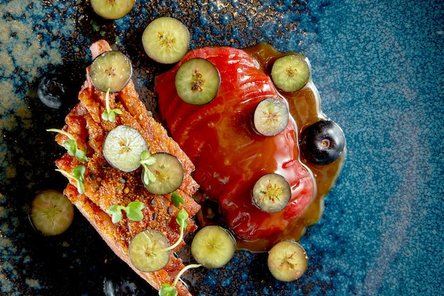 鴨胸肉のフルーツ炒めとブルーベリーの炒め物。食品デリバリー。黒で隔離