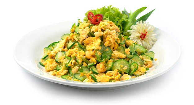 Жареное яйцо с соусом из огурцов и тайской кухней