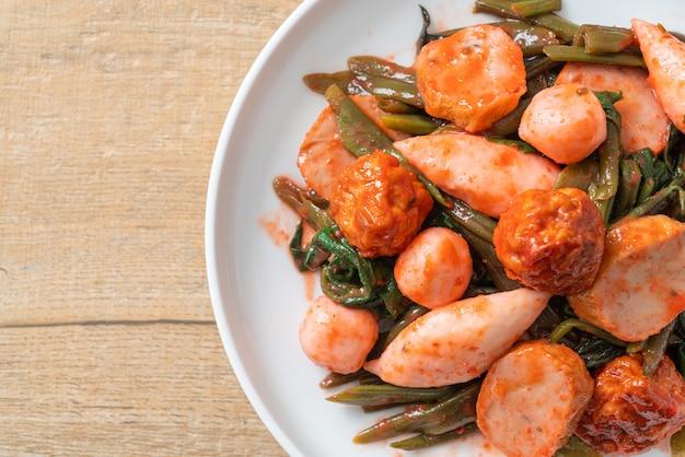イェンタフォソースで揚げた魚のボールをかき混ぜる-アジア料理のスタイル