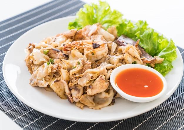 Tagliatelle fresche di riso alla farina fritta con carne mista e uova