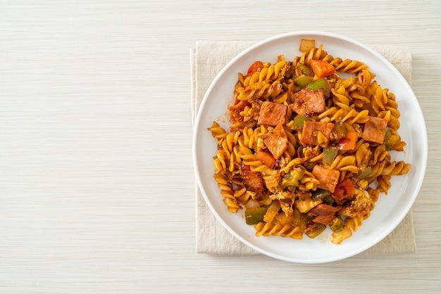 Обжаренные макароны фузилли с ветчиной и томатным соусом
