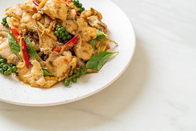 Обжаренный священный базилик с рыбой и зеленью - азиатская кухня