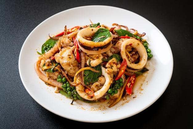 Обжаренный священный базилик с осьминогом или кальмарами и зеленью - азиатская кухня