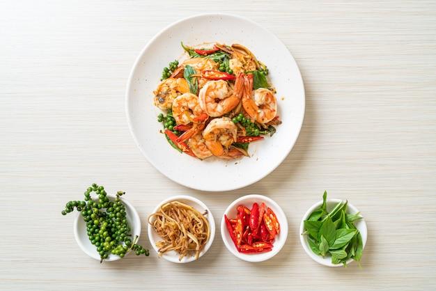 Жареный святой базилик с креветками и зеленью - азиатская кухня