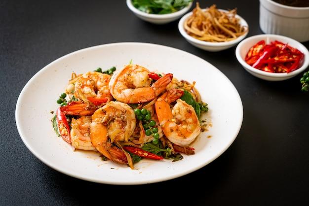 새우와 허브와 함께 튀긴 거룩한 바질 볶음-아시아 음식 스타일
