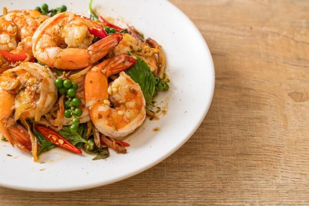 Обжаренный священный базилик с креветками и зеленью - азиатская кухня