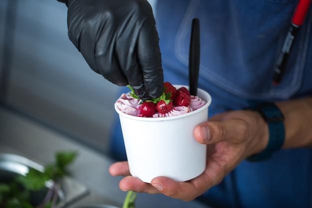 Размешайте жареные булочки с мороженым в морозильной камере