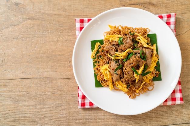돼지 고기와 계란 볶음면-아시아 현지 길거리 음식 스타일