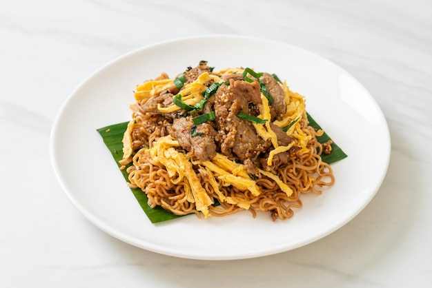 Stir-fried instant noodle with pork and egg
