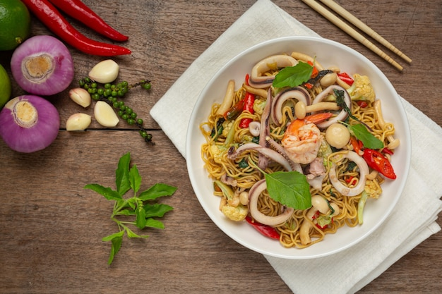 Жареная лапша быстрого приготовления с морепродуктами и разнообразными овощами