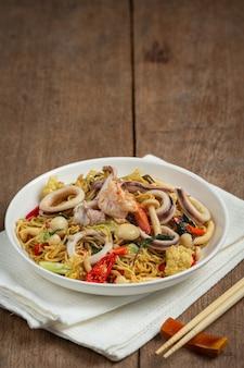 Spaghetti istantanei saltati in padella con frutti di mare e verdure di varietà