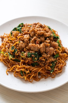 タイバジルと豚挽肉の炒め物、インスタントラーメン、アジア料理スタイル