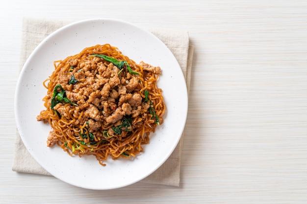 タイバジルと豚肉のみじん切りのインスタントラーメン炒め-アジア料理スタイル
