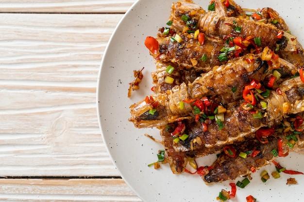 칠리와 소금을 곁들인 사마귀 새우 또는 가재 볶음 - 해산물 스타일
