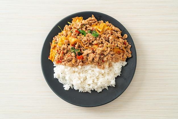 バジルと卵をご飯の上にのせた豚挽き肉の炒め物-アジア料理スタイル
