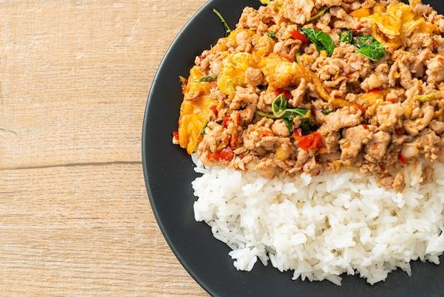 Жареный свиной фарш с базиликом и яйцом, покрытый рисом - азиатский стиль еды