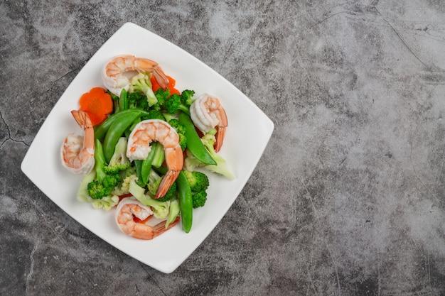Жареные овощи с креветками.