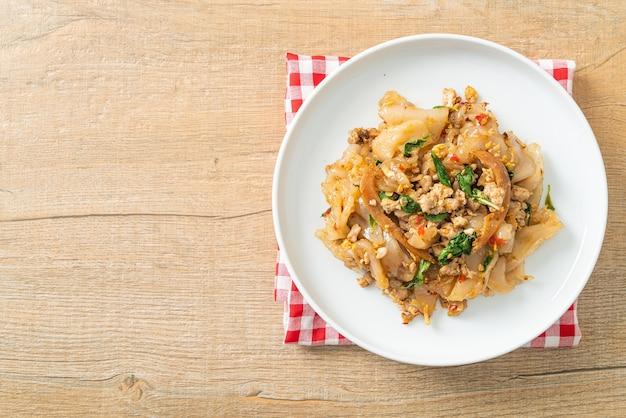 Жареная лапша с куриным фаршем и базиликом - азиатская кухня