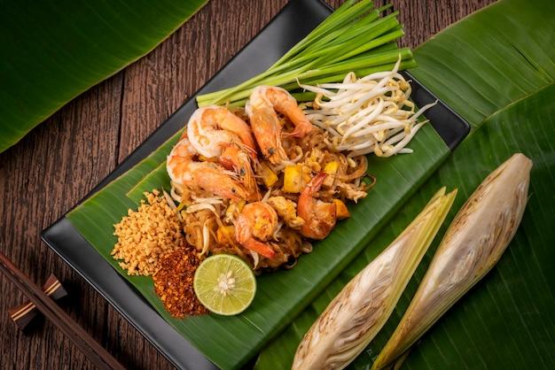 Stir fried noodle с креветками call pad thai, жареная лапша по-тайски с креветками.