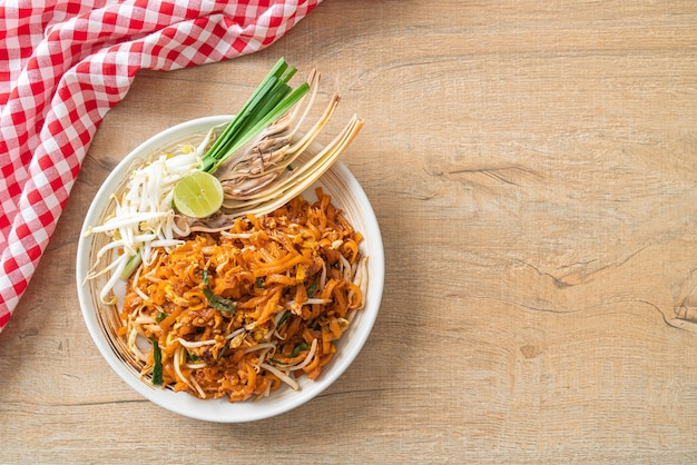 豆腐ともやしの炒め麺またはパッタイ-アジア料理スタイル