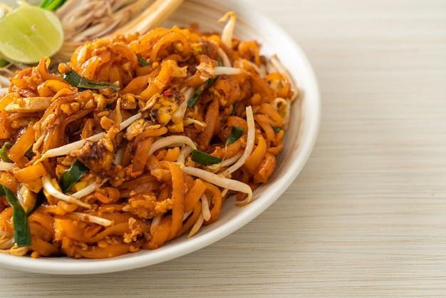豆腐ともやしの炒め物またはパッタイ-アジア料理スタイル