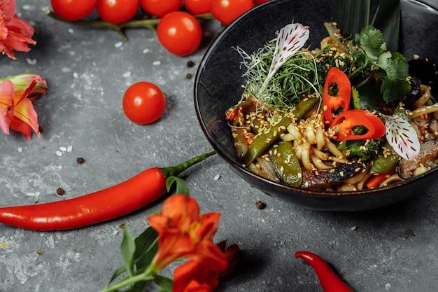 麺と野菜の炒め物、黒丼
