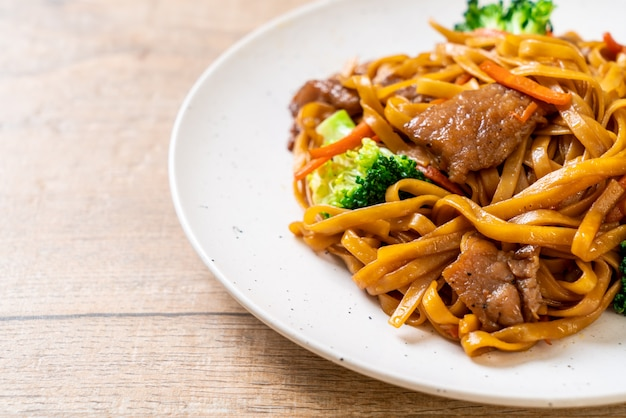 Stir-fried noodles with pork and vegetable