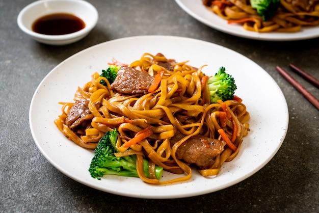 Stir-fried noodles with pork and vegetable
