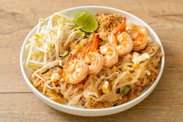エビともやしの炒め麺またはパッタイ-アジア料理スタイル