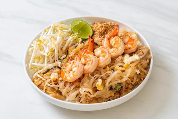 Жареная лапша с креветками и ростками или пад тай - азиатская кухня