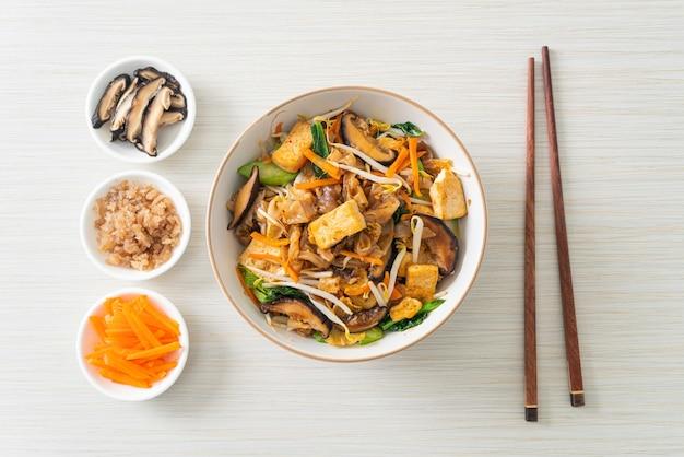 豆腐と野菜の炒め麺-ビーガンとベジタリアンのフードスタイル