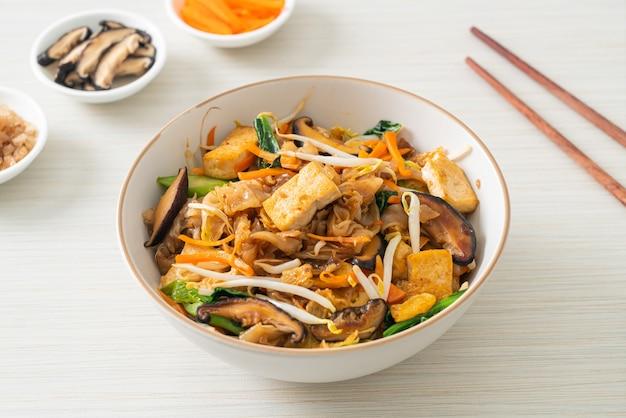Жареная лапша с тофу и овощами - веганский и вегетарианский стиль питания
